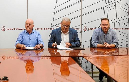 De izq. a dcha. José Tur 'Cires', Vicent Torres y Francisco Tienda, ayer, en la firma del convenio.