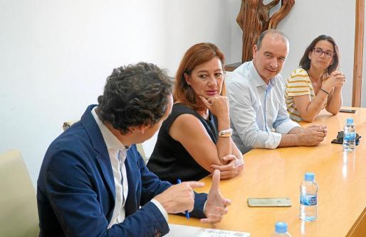 El presidente del Consell de Formentera y la presidenta del Govern balear, en el centro, durante la presentación de la Ley.