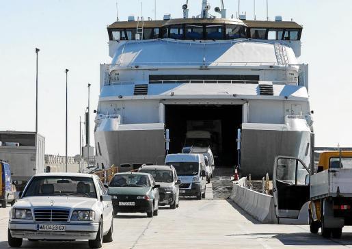 Desembarco de vehículos en el puerto de la Savina.