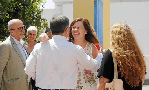 Francina Armengol saludando ayer al alcalde de Sant Josep de sa Talaia.