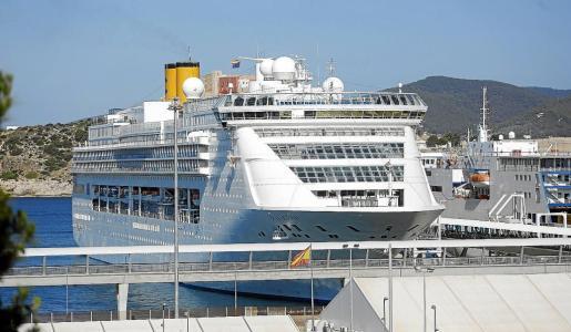 El buque 'Costa Victoria', ayer, atracado en los muelles de es Botafoc.