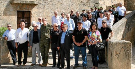 Foto de grupo de todos los asistentes en una de las escalinatas del Castillo de San Carlos.