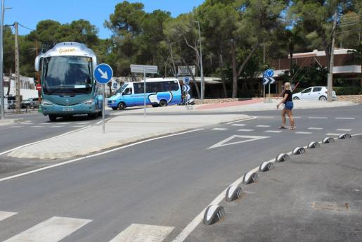 Imagen de la rotonda de es Canar ya acabada, que es la primera fase de la reforma de la carretera.