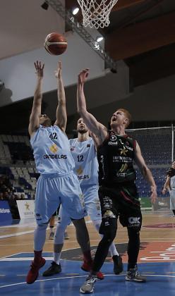 Medor, a la derecha, durante un partido entre Iberostar Palma y Breogán.