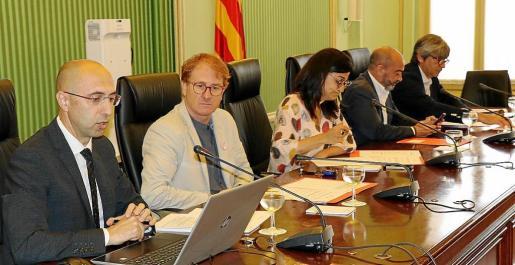 El director de la Oficina, Jaime Far (primero por la izquierda) en su comparecencia.