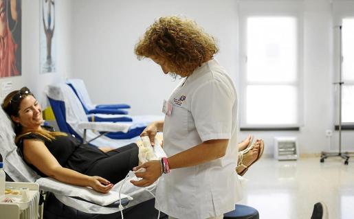 Una médico se dispone a sacar sangre a una de las donantes.
