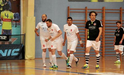 David Pérez, a la izquierda, celebra un gol con sus compañeros de equipo..
