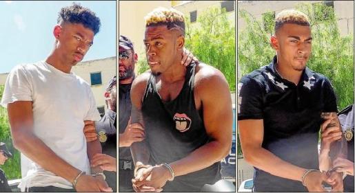 Los tres jóvenes detenidos por la Policía Nacional, a su llegada ayer al mediodía a los juzgados de Ibiza.