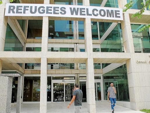 Fachada del Consell con el cartel de 'Refugees Welcome'.