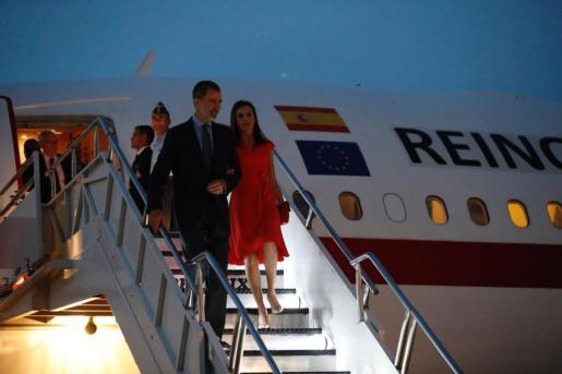 Los Reyes, bajando del avión en Nueva Orleans.
