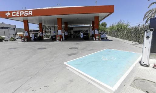 Tres gasolineras de Carburantes Ibiza cuentan con un punto de carga de coches eléctricos.