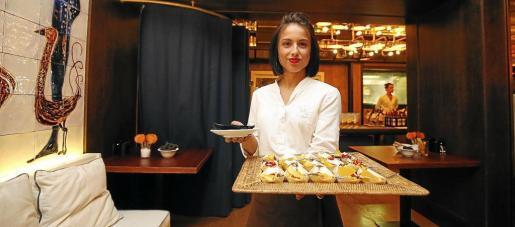 Una de las empleadas del Gran Hotel Montesol enseña algunos platos de la nueva carta.