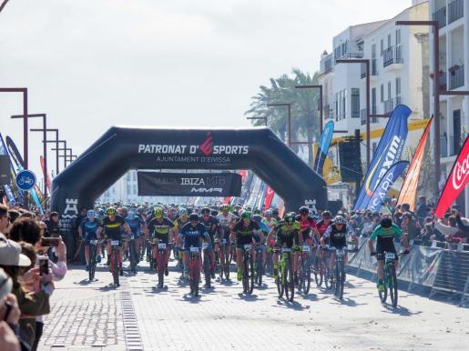 Salida de la última edición de la Vuelta a Ibiza.