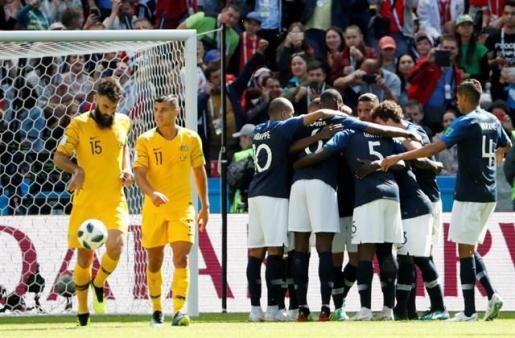 Francia sufre para superar a Australia (2-1).