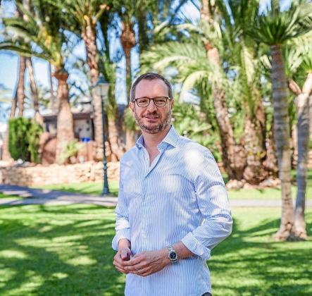 Javier Maroto posa en los jardines del Hotel Los Molinos.
