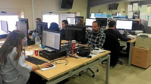 Imagen de la redacción de Periódico de Ibiza y Formentera, con los profesionales trabajando en sus puestos.