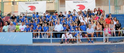 Los participantes, sus familares y los organizadores posan juntos para la foto de familia.
