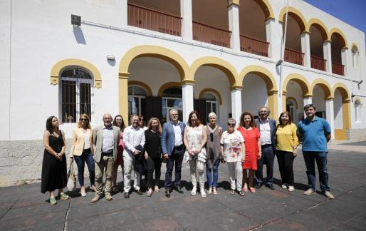 Políticos socialistas, junto a Viviana de Sans de Podemos, en el centro Amadiba de Sant Josep.
