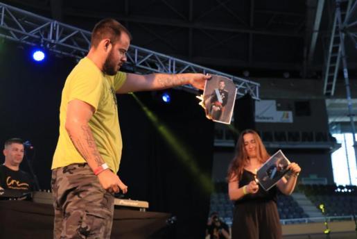 El rapero Valtonyc estaba anunciado en cartel pero, dada su situación, no ha acudido y ha enviado un vídeo para los asistentes. Otro de los que ha actuado ha sido Pablo Hasel que, tras su actuación, ha quemado una fotografía del Rey Felipe VI.
