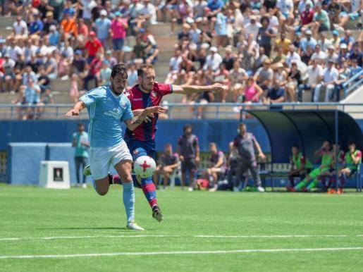 Edu Oriol, presionado por un futbolista del Atlético Levante, avanza con el balón controlado.