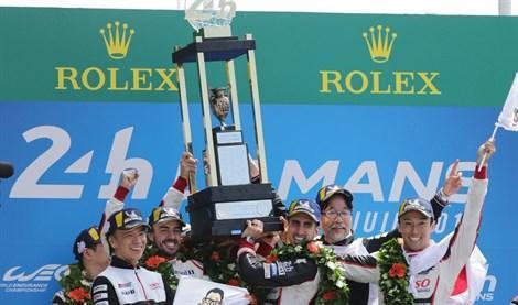 Alonso gana las míticas 24 Horas de Le Mans.