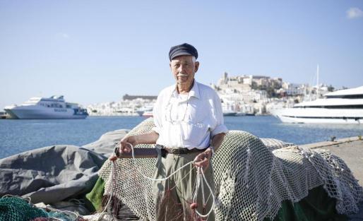 Con 90 años de edad, 'Rompescotas' es una de las personas que mejor conoce la evolución de la pesca en la isla. Empezó a pescar cuando era niño con su padre y se dedicó a ello toda la vida. Hoy sigue yendo al muelle cada día.