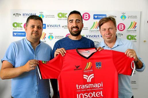 Xicu Ferrer, Iván Gómez y Pirri posan con una camiseta del Formentera durante la presentación del míster.