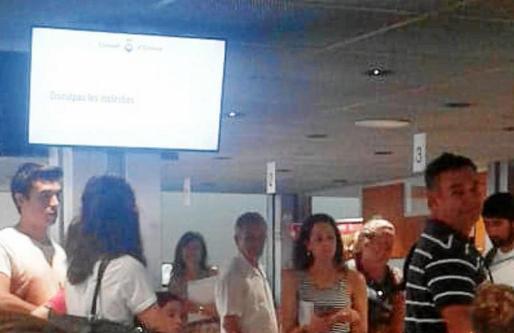 Los ciudadanos haciendo cola para ser atendidos por la Oficina de Atención a la Ciudadanía en el Consell d'Eivissa.
