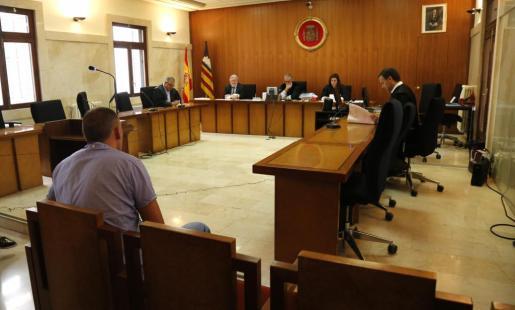 Imagen de uno de los seis acusados ante el tribunal de la sección segunda de la Audiencia.