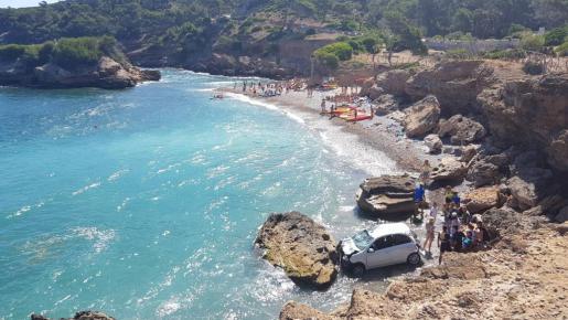 Los bañistas oyeron un acelerón y de repente irrumpió un coche «volando por el aire» y aterrizó en la orilla.