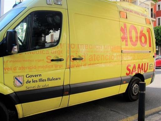 Imagen de archivo de una ambulancia en Ibiza.