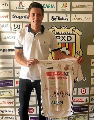 Javi Crespo posa con la camiseta de la Peña Deportiva.