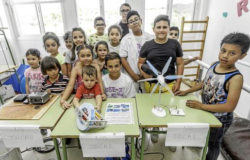 Los estudiantes del colegio Guillem de Montgrí con el taller en el que se aprendían las bondades de las energías renovables como la solar, la eólica o la hidráulica.