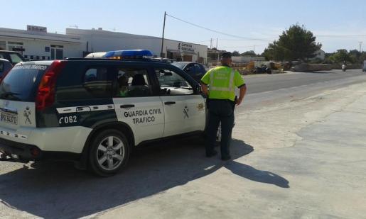 Imagen de archivo de un coche de la Guardia Civil de Tráfico en Formentera.
