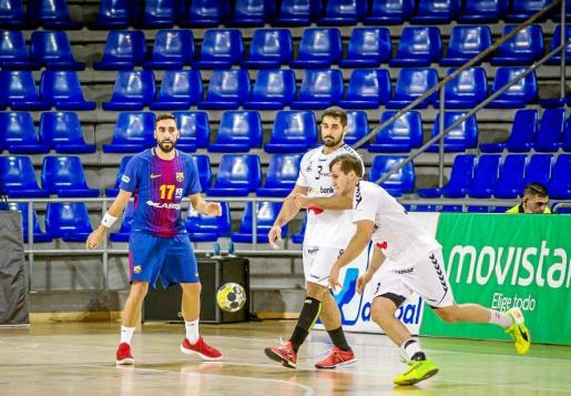 Limonero progresa con el balón durante un partido entre el Ciudad Encantada y el Barça.