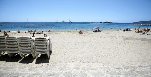 La playa de ses Figueretes recibió ayer varias torres de hamacas que se colocarán esta semana.
