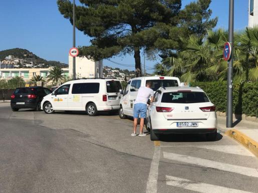 Tres taxis, ayer, en la parada de la playa de Talamanca.