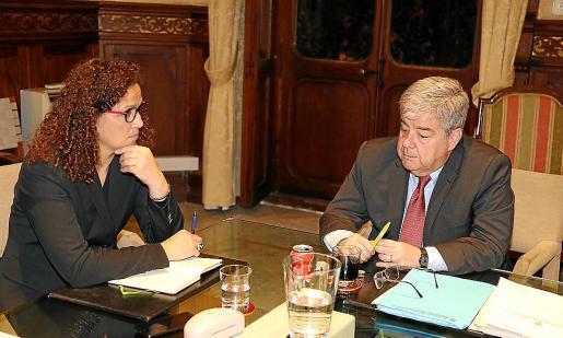 Cladera, con Guillem López Casasnovas, experto en financiación designado por el Govern.