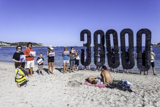 Performance en las playas de Ibiza por el Día Mundial de los refugiados.