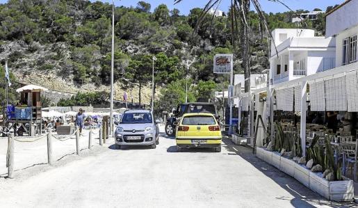 Algunos vecinos y comerciantes opinan que hay que cerrar al tráfico la calle Castelldefells, que pasa por delante de la playa, excepto para residentes.