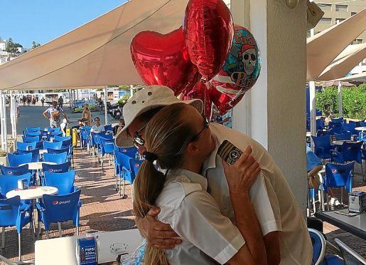 Ignacio y Ana Escandell se abrazan a la llegada de ella. F