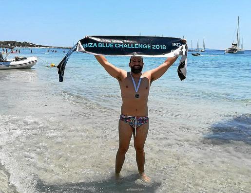Rodrigo García-Baquero celebra su récord en la playa de Salinas.