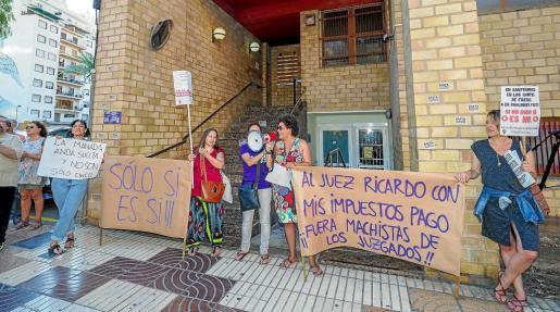 Aunque fueron menos que las 360 personas que se manifestaron en Ibiza y Formentera cuando se supo la condena de 9 años de cárcel para los cinco miembros del grupo. «Yo sí te creo», fue uno de los mensajes lanzados.