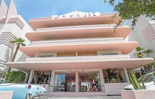 El nuevo hotel está situado en primera línea de la bahía de Sant Antoni.