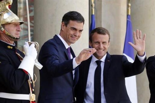 """Francia y España proponen crear centros """"cerrados"""" de migrantes en la UE."""