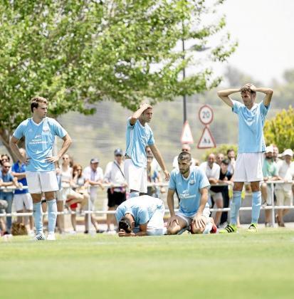 Los jugadores del Ibiza, abatidos tras la tanda de penaltis.