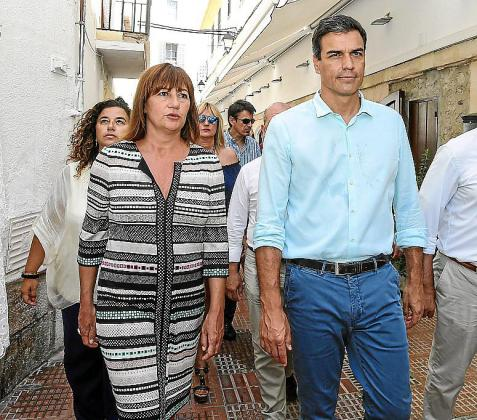 Francina Armengol, con Pedro Sánchez, en una visita a Eivissa.