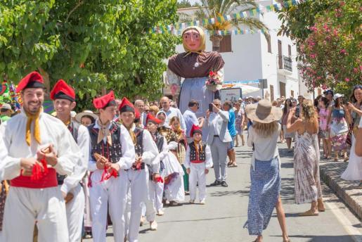 La Colla de Labritja acompañó a la procesión de santos una vez finalizada la misa.