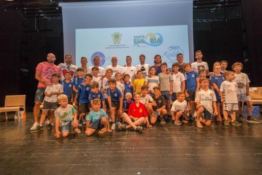Los futbolistas que ayer estuvieron en el Palau de Congresos junto a los niños.