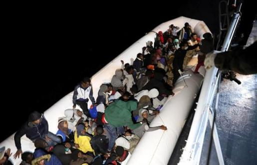 La Guardia Costera de Libia recupera diez cadáveres y rescata con vida a 948 migrantes y refugiados.